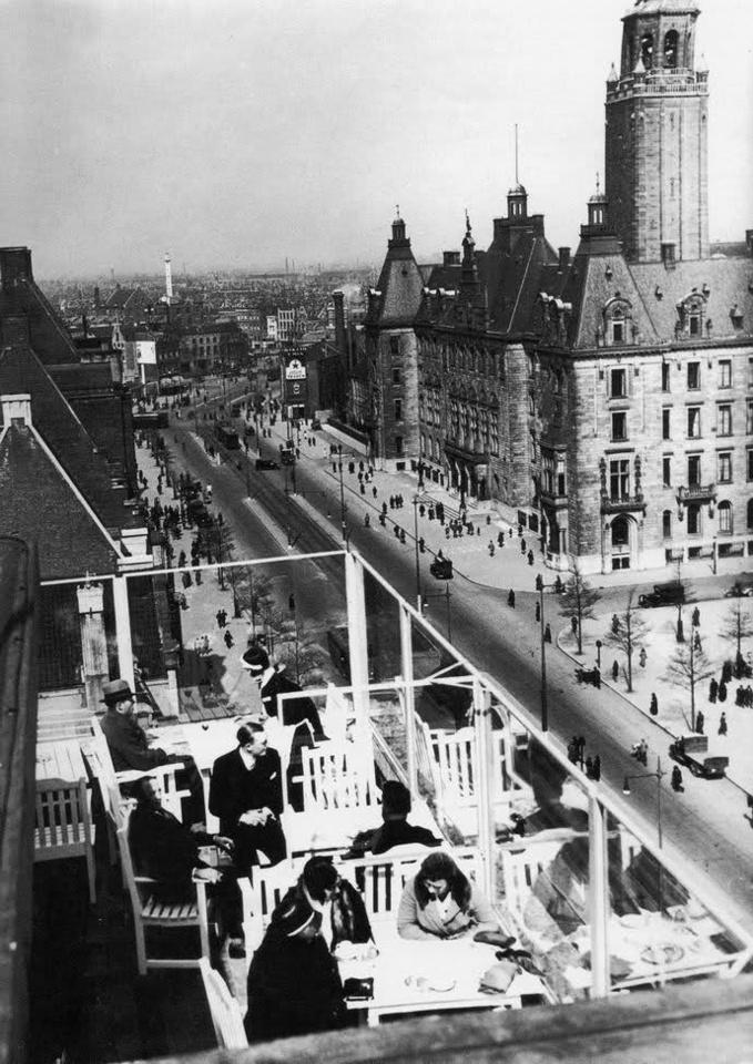 De eerste zonnestralen in april 1940. Lekker zitten op het buitenterras van hotel Atlanta. Een paar dagen later zijn veelgebouwen verdwenen.