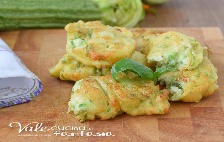 Frittelle ricotta e zucchine ricetta velocissima,facile e sfiziosa, prendetevi 10 minuti perchè questi servono per prepararla.