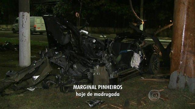 Camaro fica destruído após motorista perder controle na Marginal Pinheiros +http://brml.co/1PFrnGw