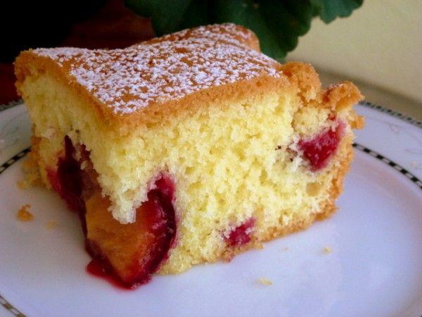 W planach śliwki miały zostać na górze ciasta. Ale one kapryśne i jakieś takie dziwne były i poszły na dno. Ale i tak ciasto bardzo smaczne, choć nasze polskie śliwki na pewno bardziej w tym cieście smakowały. Ale jak się nie ma co się lubi ..... Składniki: * 1 szklanka maki tortowej…