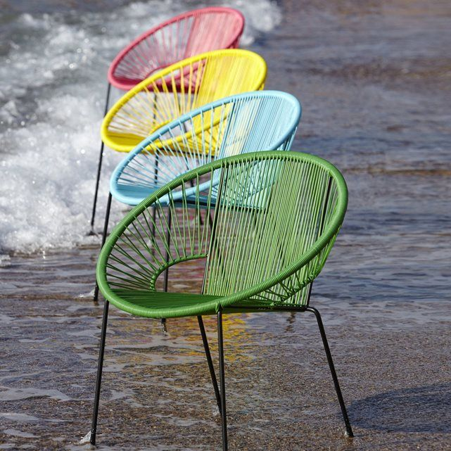Le fauteuil en résine tressée Joalie. Véritable icône du design des années 50, ce fauteuil apportera une touche de design à votre extérieur ! Son assise composée de fils de résine tressés de type scoubidou lui assure une souplesse et un accueil très agréable.      Caractéristiques du fauteuil résine tressée, Joalie :Structure et piétement en métalFinition peinture époxy noireAssise en fils de résine polyéthylèneLe fauteuil Joalie est livré montéDimensions du fauteuil en fils de résine…