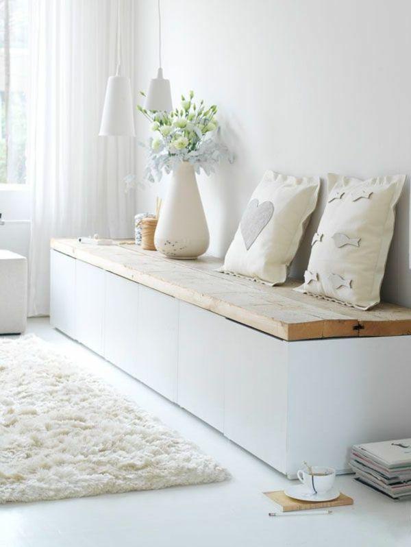 Sitzbank aus Holz mit schönen Kissen