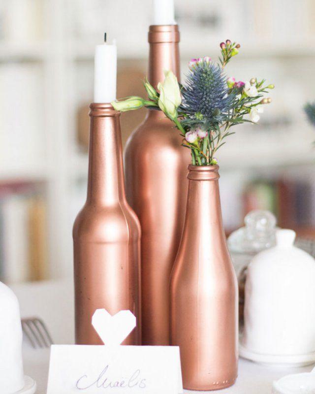 Des bouteilles en verre cuivrées pour des vases originaux pour un mariage  Copper glass bottles for original vases for a wedding