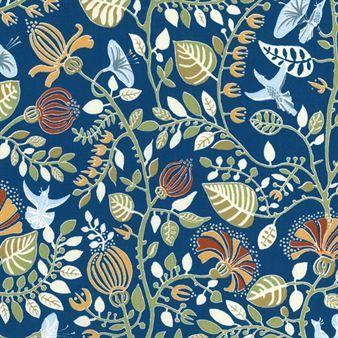 Längtans trädgård -kankaassa on kiemurtelevia kukanvarsia, runsasta lehvästöä, pieniä kukkia ja kauniita lintuja paratiisissa. Sen on suunnitellut ruotsalainen sisustajaguru Ernst Kirchsteiger. Ruotsalaiselta Ljunberg textiltryckiltä.