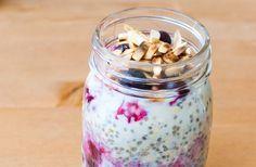 Overnight oats är en populär gröt med havregryn och chiafrön som du enkelt rör ihop. Blandningen får sedan stå kallt över natten och på morgonen har du en nyttig frukost att hugga in på – gör du den dessutom i en glas- eller plastburk med lock kan du lätt ta med den i väskan om…