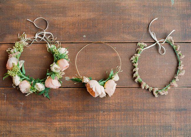 Gör din egen midsommarkrans till festen. Tre olika varianter med färsta blommor. DIY floral crown