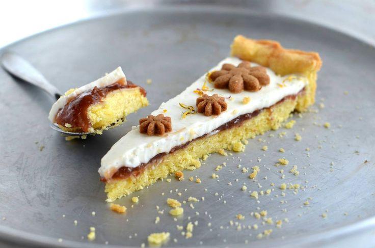 """Crostata """"Uniqua"""" con panna cotta alla vaniglia, confettura alle fragole e petali di tarassaco e pratoline"""