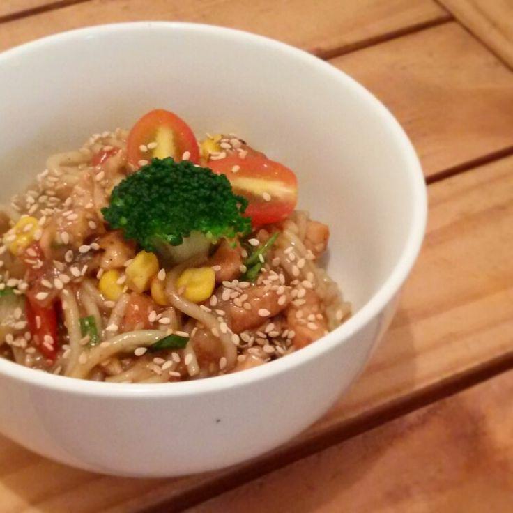 Fideos de arroz con pollo y vegetales con salsa de miel agridulce