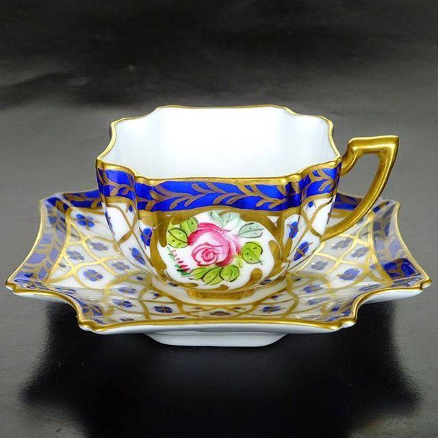 Šálek na čaj * bílý  porcelán zdobený modro zlatým vzorem s malovanými růžovými růžemi, se zdobeným tvarem podšálku *  Demitasse.
