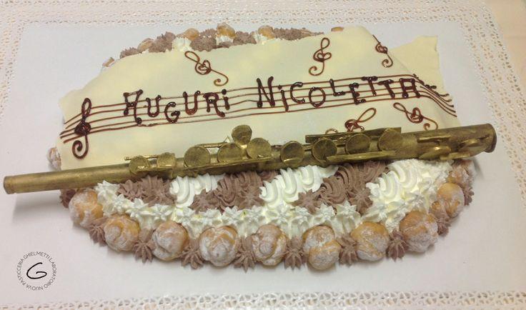 Una delle prime torte di compleanno personalizzate del mese di dicembre: un flauto dorato e note musicali di cioccolato.
