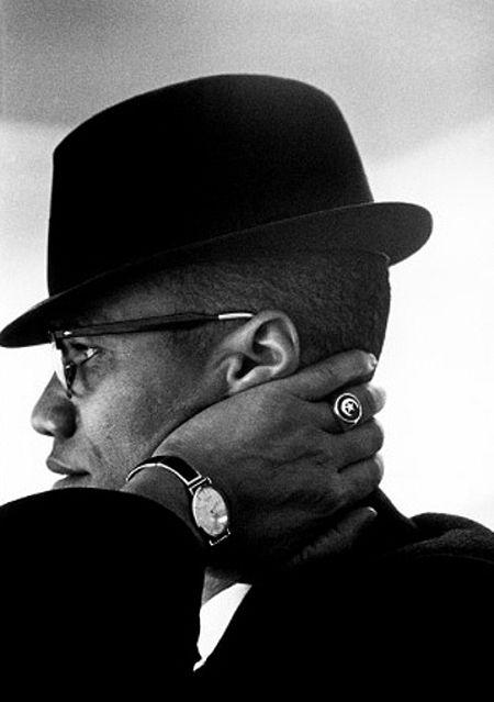 Malcom X  Ele era um defensor dos direitos dos afro-americanos, um homem que conseguiu mobilizar os brancos americanos sobre seus crimes cometidos contra os negros.