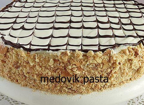 Medovik pasta Rusya, Ukrayna ve Çek Cumhuriyeti gibi ülkelere özgü bir lezzet. Rus pastası olarak da bilinen medovik pastanın tadı da görüntüsü de muhteşem. Pastanın dış yüzeyi ceviz ile kapatıldığı için yoğun ceviz tadı almanız mümkün. Pastanın daha lezzetli olmasını istiyorsanız kremasını bir gece önceden yapabilirsiniz. Yapımı son derece kolay olan bu pastayı misafirlerinize ikram ederken kendinizle gurur duyacaksınız. #pasta #tarifleri
