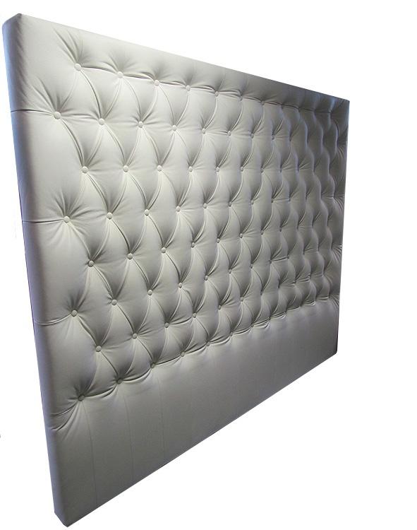 Sänggavel skräddarsydd i vitt skinn. Vi tillverkar helt efter dina önskemål!