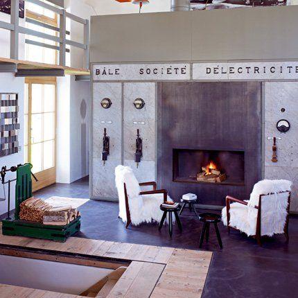 The chairs are a hoot.  Un salon contemporain entre éléments industriels et meubles design