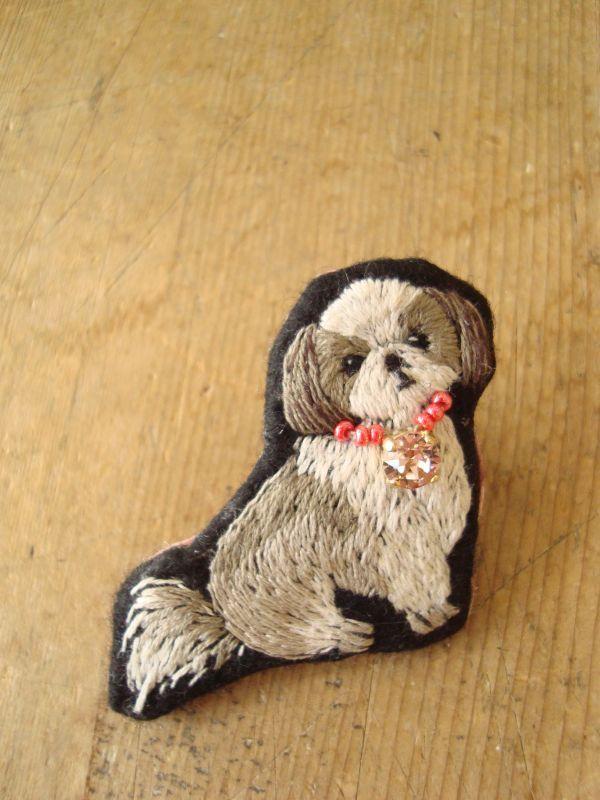 MIYUMO 犬刺繍コレクション (シーズー) ★縦 約5.3cm ★横 約5.5cm ★厚み 約2cmリアルなワンちゃん刺繍のブローチです。お洋服やバックのワンポイントに、とっても可愛いい…
