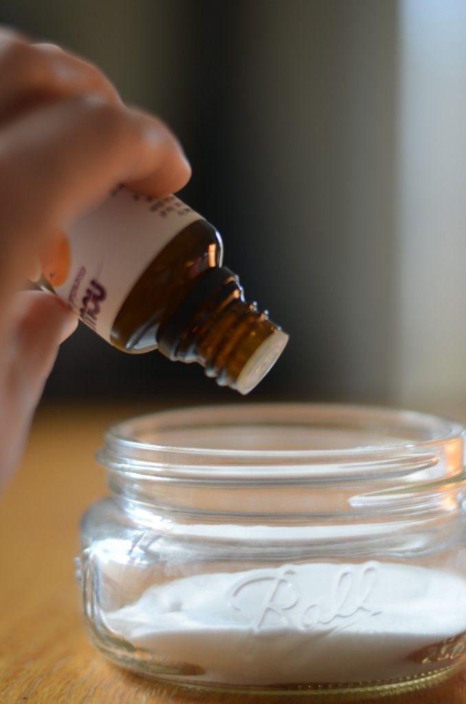 DIY désodorisant de salle bains ou w.c. Bicarbonate de soude + 8 gouttes d'une huile essentielle de votre choix. Percer le couvercle d'un bocal de petits trous, recouvrir d'un joli tissu, remuer de temps en temps.C'est si facile!: