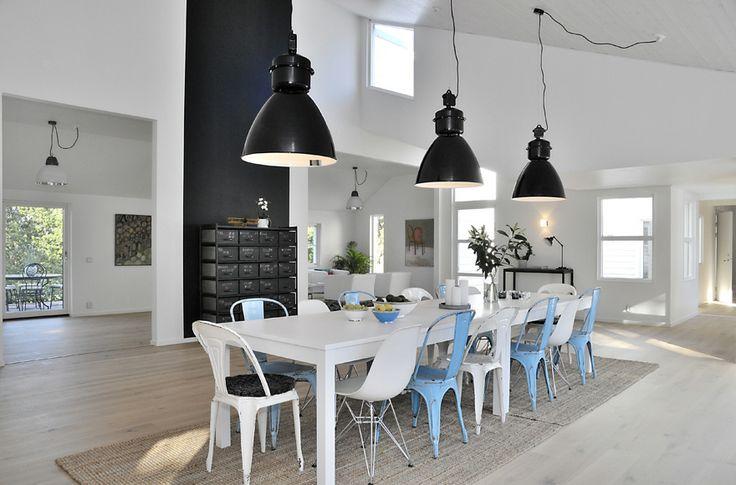 Cadeiras com diferentes cores e designs criam um ambiente único e cheio de personalidade!