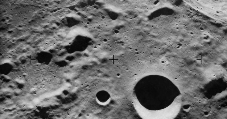¿Por qué la luna no orbita al sol?. El satélite de la Tierra, la luna, es un pequeño cuerpo que sigue una trayectoria orbital alrededor de la esfera de la Tierra. La luna tiene un lado constantemente enfrentando a la Tierra, ya que su rotación se sincroniza con el ciclo de rotación de la Tierra. La luna gira alrededor de la Tierra una vez cada 28 días y tiene algún efecto en las ...