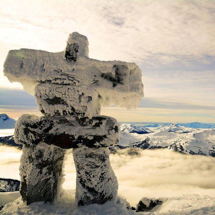 """É glorioso quando chega o tempo de viajar. -- provérbio esquimó  Foto: Inuksuk de Blackcomb na estrada Sea-to-Sky Pemberton Canadá.  Estas misteriosas figuras de pedra conhecidas como """"inuksuk"""" (plural inuksuit) significam literalmente """"à semelhança de um humano"""". São usadas pelos nativos do Ártico (esquimós) para comunicação e sobrevivência.  Ao ver um inuksuk um esquimó logo deve pensar """"alguém esteve aqui"""" ou """"estou no caminho certo"""". Feitos em várias formas possuem diferentes propósitos…"""