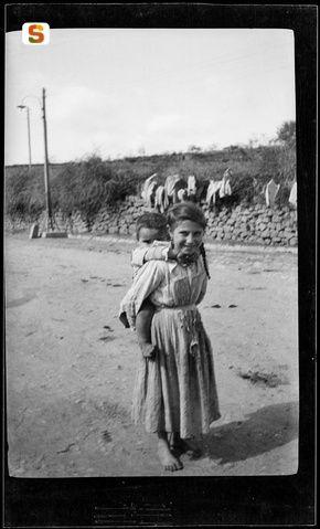 Antonio Ballero, Nuoro, due bambini per strada, 1915