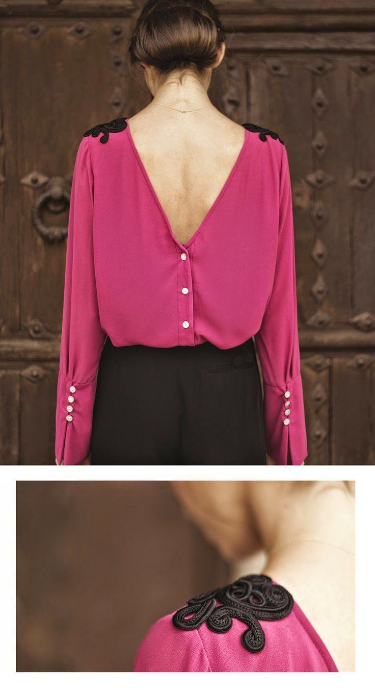 O decote nas costas costas e a aplicação nos ombros fazem dessa blusa um desejo de consumo.