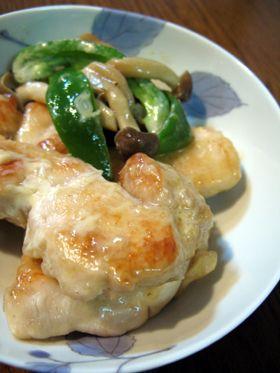 (Y-good! more wasabi) 鶏胸肉をしっとり☆わさび醤油のマヨソテー (4人分) 鶏胸肉(大きめ)2枚 にんにく 2かけ しめじ 1パック ピーマン 4個 (1)片栗粉大さじ2 (1)酒大さじ2 (1)塩大さじ1/2 (4)わさび小さじ1 (4)しょうゆ大さじ1.5