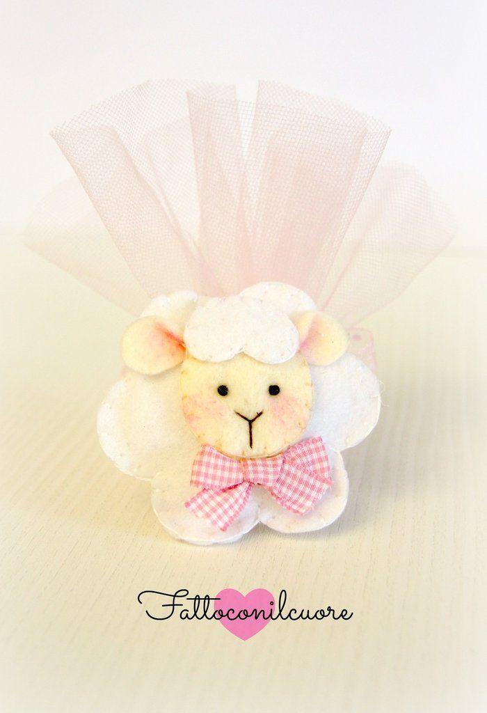 bomboniera calamita pecorella con fiocco rosa per nascita o battesimo, by fattoconilcuore, 2,40 € su misshobby.com #bomboniera #feltro #misshobby #calamita