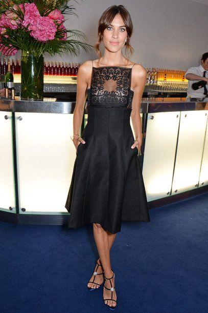 Alexa Chung im schwarzen Kleid mit Spitzendetails von Dior
