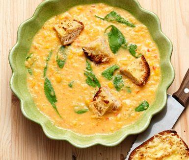 Majssoppa med spenat och ostkrutonger