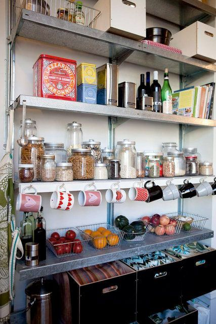 <p>Som en kökets walk in closet är vi nog många som när en dröm om ett rymligt skafferi i anslutning till köket. Det vilar en romantisk känsla över att kunna organisera vackra kakburkar, tesorter, vitlöksflätor och kanske till och med egen saft och sylt bakom en vacker gammal dörr. Här är 20 välorganiserade skafferier att drömma lite extra om.</p>