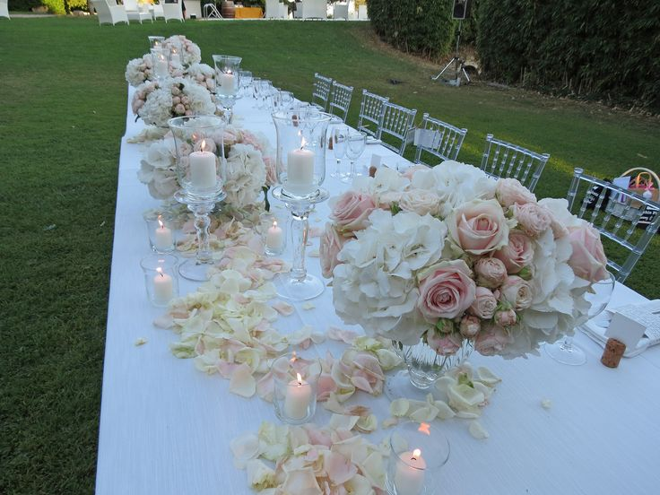 Glass vases with pale pink roses, blush spray rose and white hydrangea. Event Planner : Wedding Italy.
