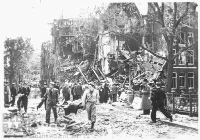 12-05-1940 Boven Sloterdijk werd een Duits vliegtuig door het luchtafweergeschut aangeschoten. Het toestel vloog door, maar in nood verkerend liet het twee bommen vallen, die neerkwamen midden in het centrum van de stad op de Blauwburgwal, hoek Herengracht. Een bom ketste via de brug in het water, maar de andere bom kwam in een rij woningen terecht. Twaalf woningen werden een klap weggevaagd. De paniek die losbrak was groot.