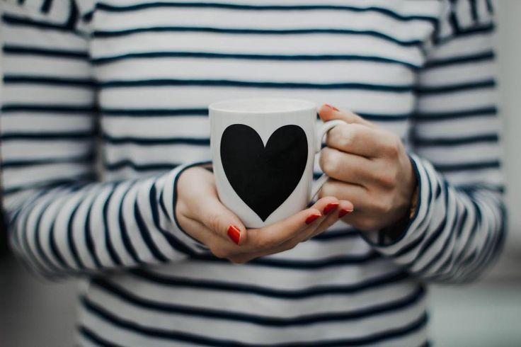 Wenn du dich für ein großes #lesemadla oder #clubmadla entscheidest kannst du dir als Dankeschön noch eine Prämie aussuchen. Wie beispielsweise diese tolle Tasse. Das schwarze Herz könnt ihr mit Kreide ganz individuell beschriften. Falls ihr im Büro oder Zuhause auch Tassendiebe habt!  #landmadla #franken #magazin #prämie #geschenk #tasse #tee #kaffee #kaffeeliebe