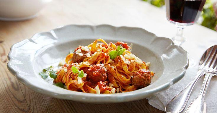 Frikadeller är köttbullar som kokas i exempelvis buljong. I detta recept kokas de i en ljuvlig tomatsås och serveras till fettuccine. Fantastiskt gott!
