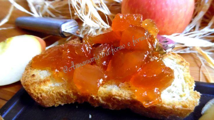Confettura di mele deliziosa Frutta a pezzi avvolta da un liquido mieloso adatta per la colazione, merenda o per farcire dolci.
