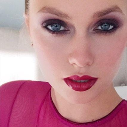 Новогоднего вечеринки?  Вот один из моих любимых #selfies из моей книги под названием #beautiful #BerryDeep!  Столь же простой, как небольшой сливы, смешанный с черным на глаза и красный блеск для губ.  Попробуй!  💃 🎉💄💋😍last несколько подписанных и специальные наборы книги по-прежнему доступны в www.luiscasco / магазин регулярных копий также на www.amazon.com Mas фиесты Durante Estas temporadas?  Trata ип взгляд Como Эсте де ми #bella забронировать.  COMBINA унас sombras frambuesa кон…