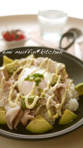 アボカドと豚肉の簡単カフェ風丼◆◆      豚肉を茹でるからさっぱりヘルシ〜♬とろ〜り卵を絡めてね♡