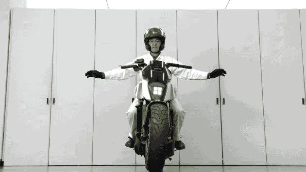 Honda Riding Assist : pour que les motards ne posent plus jamais le pied par terre... Honda a présenté lors du CES 2017 un prototype de moto (une NC 750) qui est capable de trouver l'équilibre à faible vitesse. Autrement dit, il n'est plus nécessaire de poser le pied par terre lorsque le feu est au roug