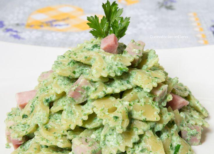 La Pasta Ricotta e Spinaci con prosciutto è un primo molto semplice e delizioso, perfetto anche per i bambini che spesso non mangiano volentieri le verdure!