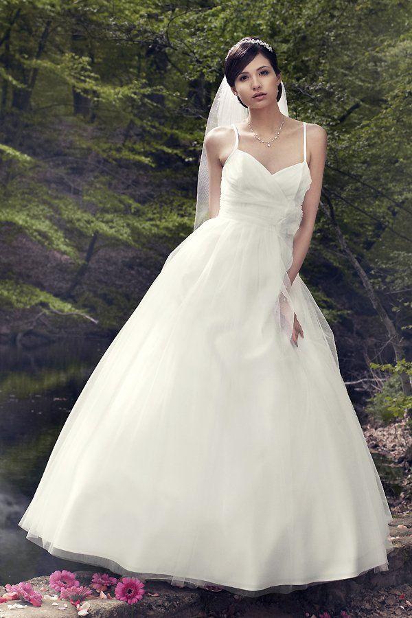 Ein Brautkleid wie aus einem Märchen: Hochzeitskleid mit zarten Spaghettiträgern und weitem Tüllrock von Lilly, um 650 Euro