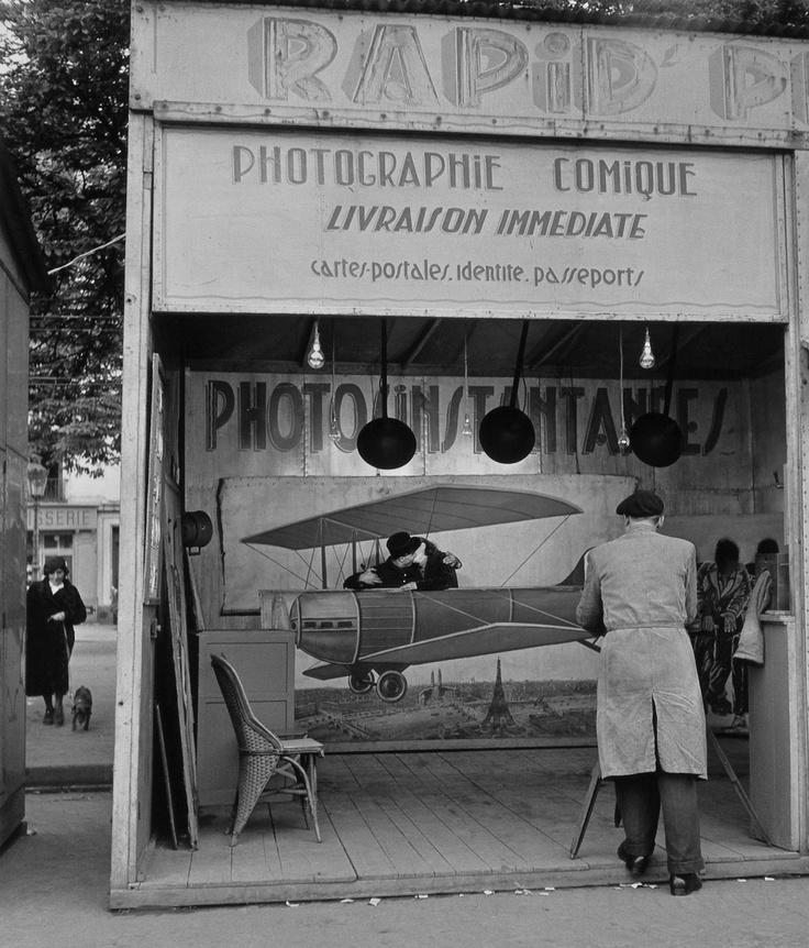 Robert Doisneau / Old photo booth