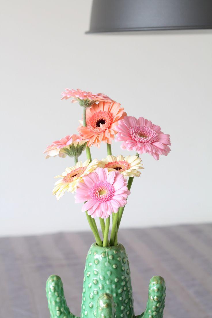 Verse vrolijke gerbera bloemen in de Serax cactus vaas. Blijft een plaatje om te zien :) #serax #cactus