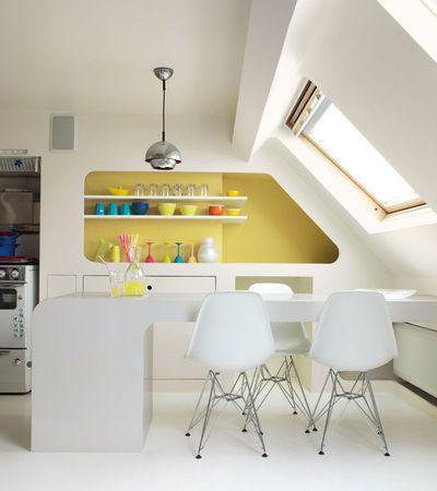 Petite cuisine sous combles - j'adore le bloc étagères (niche, angles arrondis, joli jaune). #small kitchen #yellow kitchen #kitchen shelves
