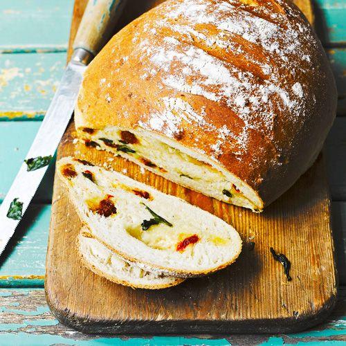 Dit brood is niet alleen heel lekker, je maakt het zo! Serveer met een tomatensoep en een sneetje boerenbrood. Perfect voor op een doordeweekse dag.    1Maak het deeg volgensde aanwijzingen op de verpakking. Kneeder na het rijzen de...