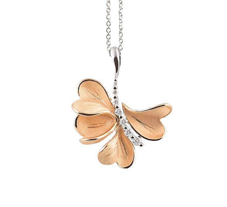 Цветы – символ молодости и красоты. Золотая подвеска с бриллиантами украсит ваше декольте и подчеркнет вашу грацию. Украшение, которое станет прекрасным подарком и подчеркнет искренность ваших чувств.