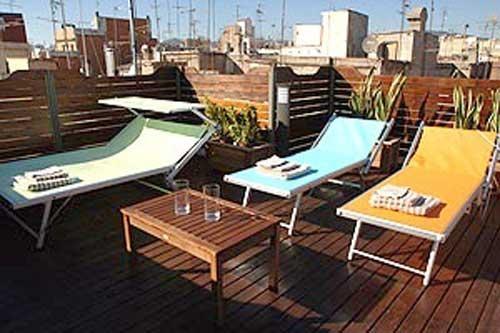 Mi piace predere il sole e comprerei delle sdraie colorate per la terrazza. Vorrei anche un tavolino per appoggiare le bevande e riviste.