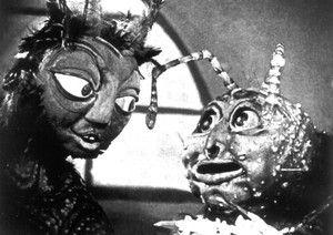dans les griffes de l'araigneé (1920) (Eye) Dit is een film met zelfgemaakte poppen. Ik vind het helemaal bij de Darkside passen want ik heb echt een hekel aan poppen en clowns. In deze film zag ik erg veel insecten die hij dan tot leven liet komen. De stijl is ook erg grauw en donker. Ik vind het echt hartstikke knap dat er zo'n film als dit gerealiseerd kon worden in die tijd.