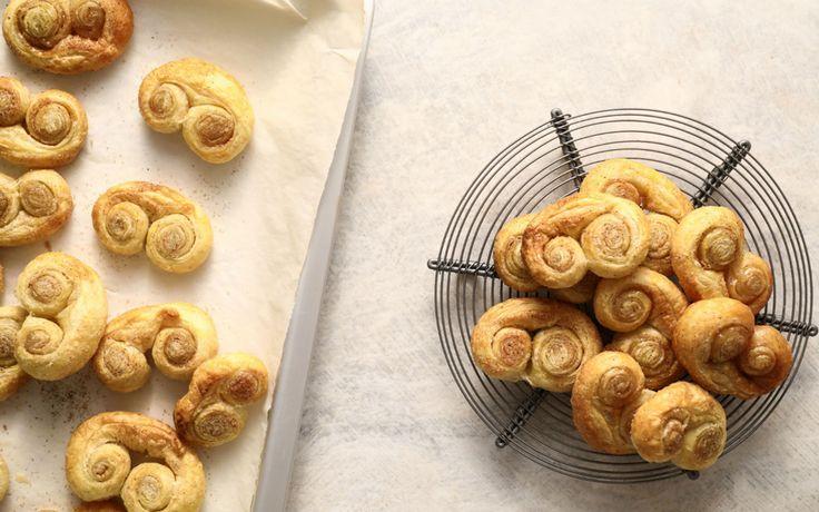 Αυτά τα απίστευτα μπισκότα σφολιάτας καλό θα είναι να τα φτιάξετε σε τριπλή (ναι, τριπλή) δόση γιατί είναι κάτι παραπάνω από σίγουρο ότι δεν θα μείνει ψίχουλο!