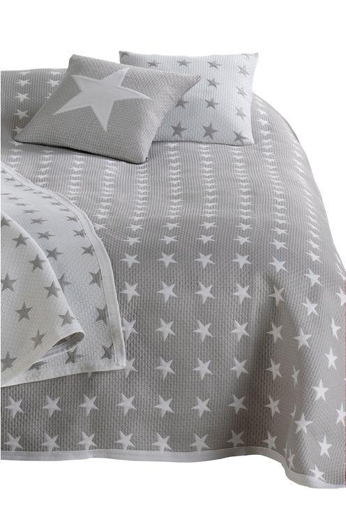 Sov under stjernerne! Jacquardvævet sengetæppe af 50% polyester og 50% polypropylen. Skånevask 40°.  <br><br>100% polyester<br>Vask 40°