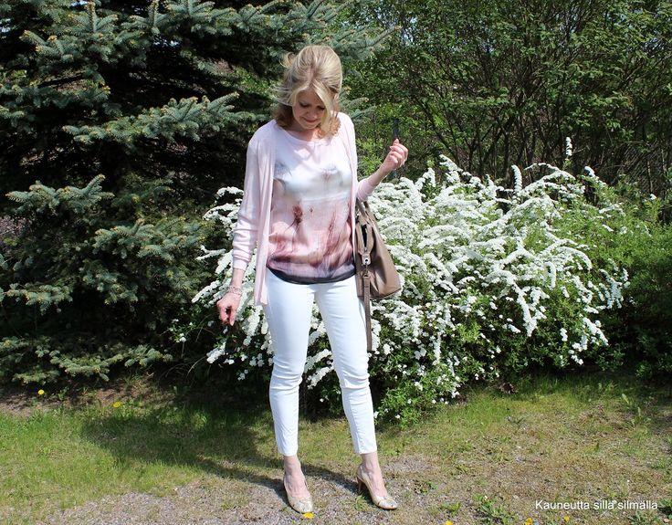 Jaana sulautuu luonnon väriskaalaan: valkoista ja hennon vaaleanpunaista. #sblogit #kevät #pukeutuminen #luonto #värit  http://kauneuttasillasilmalla.yhteishyva.fi/2014/05/21/omenankukkana/